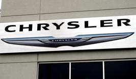 El logo de Chrysler en una concesionaria de la firma en Broomfield, EEUU, oct 1 2014. Chrysler Group LLC reportó el miércoles que sus ganancias netas del tercer trimestre fueron de 611 millones de dólares, un 32 por ciento más que hace un año, y ratificó su estimación de utilidades para todo 2014.   REUTERS/Rick Wilking