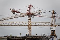 La croissance de l'activité a été moins forte que prévu en octobre dans la zone euro malgré la poursuite d'un mouvement en profondeur de réduction des prix, montrent mercredi plusieurs indicateurs qui ne devraient guère apaiser les tensions latentes au sein de la Banque centrale européenne (BCE). /Photo prise le 12 mai 2014/REUTERS/Yorgos Karahalis