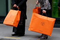 Hermès voit sa croissance organique accélérer le pas au troisième trimestre, malgré un contexte défavorable au marché du luxe. Les ventes du groupe ont totalisé 990,6 millions d'euros, en hausse de 10,6% en données publiées. /Photo d'archives/REUTERS/Philippe Wojazer
