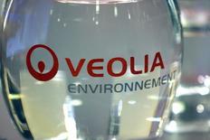 Veolia Environnement, qui publie des résultats en nette hausse au titre des neuf premiers mois de 2014, grâce notamment à ses réductions de coûts, confirme l'ensemble de ses objectifs annuels. /Photo d'archives/REUTERS/Charles Platiau