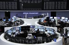 Помещение фондовой биржи во Франкфурте-на-Майне 6 ноября 2014 года. Европейские фондовые рынки снижаются накануне публикации итогов совещания Европейского центробанка, от которого инвесторы не ждут новых стимулирующих мер. REUTERS/Remote/Stringer