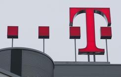 Логотип Deutsche Telekom AG на крыше штаб-квартиры компании в Бонне 27 февраля 2009 года. Прибыль Deutsche Telekom снизилась в третьем квартале на 1,8 процента из-за крупных инвестиций в США и Германии. REUTERS/Ina Fassbender