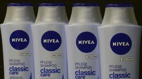 Шампуни Nivea в Гамбурге 31 октября 2012 года. Немецкая Beiersdorf, производитель крема Nivea, подтвердила в четверг прогноз на 2014 год, вызвав рост своих акций, даже несмотря на отрицательное влияние динамики валютных курсов, сократившее объем выручки на зарубежных рынках. REUTERS/Fabian Bimmer