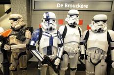Pessoas usam fantasias de Star Wars em metrô de Bruxelas em 6 de setembro de 2014.      REUTERS/Eric Vidal