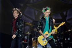 Foto de archivo: Mick Jagger (a la izquierda), líder de la banda británica Rolling Stones, canta junto al guitarrista Keith Richards durante un concierto en el estadio Tele2 en Estocolmo. 1 julio, 2014. Las leyendas del rock and roll Rolling Stones han cancelado un concierto en Australia el 8 de noviembre después de que a su vocalista, Mick Jagger, se le diagnosticó una infección a la garganta, dijeron los promotores del evento. REUTERS/Anders Wiklund/TT News Agency
