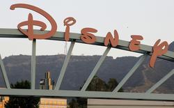 """Логотип на воротах студии Walt Disney Co. в Бербанке 7 мая 2012 года. Walt Disney Co сообщил в четверг о росте квартальной выручки на 7 процентов, превзошедшем ожидания рынка, за счет успеха фильмов """"Стражи Галактики"""" и """"Малефисента"""". REUTERS/Fred Prouser"""