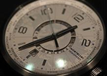 Richemont, propriétaire entre autres des marques Cartier et Montblanc, a averti que la faiblesse de la demande de montres de luxe à Hong Kong et en Chine affecterait son chiffre d'affaires pendant la période des fêtes de fin d'année après avoir pesé sur le bénéfice du premier semestre de son exercice. /Photo d'archives/REUTERS/Denis Balibouse