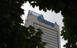 Вид на офис Газпрома в Москве 27 июня 2014 года. Россия и Украина возобновили взаимные упреки спустя неделю после подписания соглашения об условиях поставок российского газа украинским потребителям в холодный период до марта следующего года. REUTERS/Sergei Karpukhin