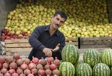 """Торговец фруктами под Баку 15 октября 2008 года. Европейский инвестиционный банк в пятницу объявил о первом кредите в Азербайджане, предусмотрев для стран-участниц проекта """"Восточное партнёрство"""" под эгидой ЕС $35 миллиардов на инфраструктуру и реформы западного типа. REUTERS/Sergei Karpukhin"""
