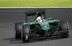 Caterham Formula One driver Kamui Kobayashi of Japan waves as he negotiates a corner during the qualifying session of the Japanese F1 Grand Prix at the Suzuka Circuit October 4, 2014.  REUTERS/Toru Hanai