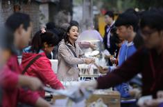 A vendor sells soybean milk at a roadside snack booth in Beijing, October 16, 2014.  REUTERS/Jason Lee