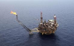 Les réductions de dépenses des grandes compagnies pétrolières confrontées à la chute des cours du brut mettent à mal les finances et les cours de Bourse de leurs fournisseurs, les investisseurs s'interrogeant sur la pérennité de leur modèle. /Photo d'archives/REUTERS/Ismail Zitouny