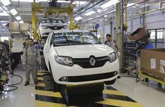 Renault a inauguré lundi en Algérie, près d'Oran,  sa 19e usine d'assemblage dans le monde, afin de renforcer sa présence sur le deuxième marché automobile d'Afrique et accélérer son internationalisation. /Photo prise le 10 novembre 2014/REUTERS/Louafi Larbi