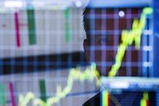 Les Bourses européennes prolongent leur rebond lundi à mi-séance après leurs pertes de la semaine dernière, soutenues par de bons résultats et des opérations de fusions et acquisitions. À Paris, l'indice CAC 40 prenait 0,36%  vers 13h15. À Francfort, le Dax gagne 0,32% et à Londres, le FTSE progresse de 0,42%. /Photo d'archives/REUTERS/Lucas Jackson