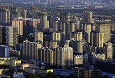 Edificios vistos durante el atardecer en Beijing. Imagen de archivo, 03 septiembre, 2014.  La inflación anual al consumidor de China se mantuvo en octubre en un mínimo en casi cinco años de un 1,6 por ciento, lo que ofrece nueva evidencia de que la segunda mayor economía del mundo se está enfríando y ofrece espacio para que los funcionarios estimulen el crecimiento económico de ser necesario. REUTERS/Jason Lee