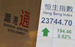 """Un cartel presentando el """"Stock Connect"""" de Shanghai y Hong Kong es mostrado en la bolsa de Hong Kong, 10 noviembre, 2014.  El largamente esperado enlace comercial entre Hong Kong y Shanghái será una realidad el próximo 17 de noviembre, un paso crucial hacia la apertura de los mercados de capital de China que dará a los inversores locales y extranjeros un acceso sin precedentes a las dos bolsas. REUTERS/Bobby Yip"""