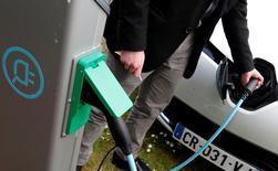 Les ventes de véhicules électriques et hybrides en France devraient finir l'année sur une note relativement stable, selon l'Avere, pour qui l'impact positif de l'élargissement du décret sur le bonus écologique est compensé par le recul des immatriculations d'utilitaires électriques et de voitures hybrides. Selon le dernier baromètre de l'Association pour le développement de ces nouveaux types de mobilité publié lundi, il s'est immatriculé le mois dernier en France 1.077 voitures électriques. /Photo d'archives/REUTERS/Régis Duvignau