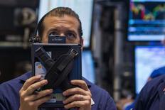 Un operador en la bolsa de Wall Street en Nueva York, nov 7 2014. la bolsa de Nueva York operaba con pocos cambios en la apertura del lunes, con las acciones de energéticas superando el rendimiento del mercado debido al alza en los precios de los futuros del crudo.    REUTERS/Lucas Jackson