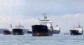 Нефтяные танкеры у берегов Сингапура 18 апреля 2012 года. Крупнейшая российская нефтекомпания Роснефть планирует увеличить поставки нефти Китаю в период до завершения работ по расширению нефтепроводов на китайской стороне, сообщил глава госкомпании Игорь Сечин, и, по данным источника в Роснефти, это будут морские поставки. REUTERS/Tim Chong