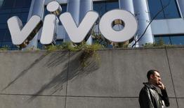Homem fala ao telefone em frente à sede da companhia de telefonia celular Vivo, em São Paulo. 30/06/2010. REUTERS/Nacho Doce