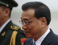 El primer ministro de China, Li Keqiang, llega al aeropuerto Vnukovo en Moscú. Imagen de archivo, 12 octubre, 2014. El primer ministro chino, Li Keqiang, dijo el martes que lamenta la decisión de México de revocar un contrato por 3.750 millones de dólares ofrecido a firmas chinas para la construcción de un tren de alta velocidad, y que desearía que las compañías chinas sean tratadas justamente. REUTERS/Maxim Zmeyev