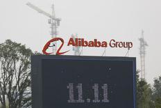 """Alibaba Group Holding, le géant chinois du commerce en ligne coté depuis cette année à Wall Street, a annoncé mardi des ventes record pour la """"journée des célibataires"""" (Singles Day) qu'il a transformée en festival de consommation en Chine et qu'il compte bien étendre ailleurs. Le chiffre d'affaires annoncé par le groupe sur un écran géant exposé sur son campus de Hangzhou a atteint 57,1 milliards de yuans (9,3 milliards de dollars) sur la journée. /Photo prise le 11 septembre 2014/REUTERS/Aly Song"""