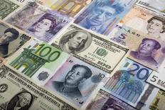 Les autorités britanniques et américaines ont annoncé un règlement négocié avec cinq banques au terme de leur enquête sur des manipulations présumées du marché des changes. Le régulateur britannique FCA (Financial Conduct Authority) a annoncé des amendes d'un total de 1,7 milliard de dollars à UBS, HSBC, Royal Bank of Scotland, Citigroup et JP Morgan, tandis que la CFTC (Commodity Futures Trading Commission) américaine a annoncé des amendes de plus de 1,4 milliard de dollars, avec des pénalités de 310 millions pour Citi et JP Morgan, de 290 millions pour RBS et UBS et de 275 millions pour HSBC. /Photo d'archives/REUTERS/Kacper Pempel