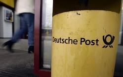 Женщина входит в отделение Deutsche Post в Бенсхайме 26 февраля 2009 года. Немецкая почтовая и логистическая компания Deutsche Post подтвердила годовые ориентиры, несмотря на сложную обстановку в мировой экономике и не оправдавший ожидания аналитиков отчет за третий квартал. REUTERS/Alex Grimm