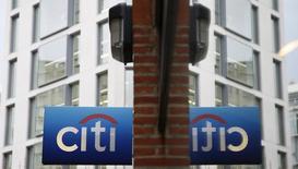 Un logo de Citibank se ve reflejado en una ventana en la ciudad de Londres, 11 noviembre, 2014. El Reino Unido impuso multas a cinco bancos importantes, incluyendo UBS y Citigroup, que ascienden a un total de 1.100 millones de libras esterlinas (1.750 millones de dólares) por fallos en el comercio de divisas, en un acuerdo histórico después de un escándalo que ha sacudido al mayor mercado del mundo.   REUTERS/Stefan Wermuth