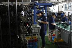 La production industrielle en Chine a progressé en octobre de 7,7% en rythme annuel, en deçà des attentes du marché. /Photo prise le 8 juillet 2014/REUTERS/Aly Song