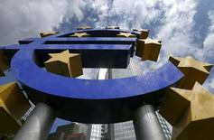 Символ евро у штаб-квартиры ЕЦБ во Франкфурте-на-Майне 7 августа 2014 года. Международный валютный фонд предупредил в среду о понижательных рисках для его прогнозов роста в еврозоне и призвал Европейский центробанк действовать, если цены в валютном блоке продолжат снижаться. REUTERS/Ralph Orlowski