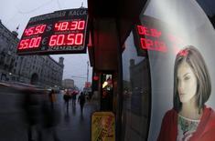 Экран с курсами обмена валют в Москве 7 ноября 2014 года. Банк России считает, что риск ослабления рубля является плохим рецептом для экономики, и проводит политику ограничения ликвидности с целью сдерживания спекулянтов на валютном рынке, сказала в четверг в Госдуме РФ первый зампред ЦБР Ксения Юдаева. REUTERS/Maxim Shemetov