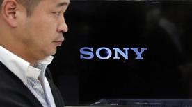 Un hombre pasa frente a un logo de Sony  Corp en una tienda de productos electrónicos en Tokio. Imagen de archivo, 31 octubre, 2014. Sony Network Entertainment International LLC, una unidad de Sony Corp of America, develó el jueves un nuevo servicio de televisión en nube, PlayStation Vue, cuyo lanzamiento comercial está previsto para el primer trimestre del 2015.  REUTERS/Toru Hanai