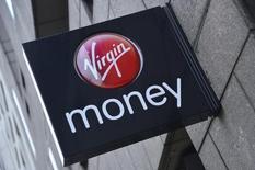 """Логотип Virgin Money на здании отделения банка в Лондоне 6 марта 2013 года. Дебют британского банка Virgin Money на фондовом рынке, который должен был принести его владельцам-миллиардерам 140 миллионов фунтов ($221 миллион), оказался вялым, что свидетельствует о подходящем к завершению в этом году периоде """"американских горок"""" листинга европейских компаний. REUTERS/Toby Melville"""
