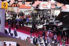 Lors du Mondial de l'automobile à Paris début octobre. Les commandes de voitures neuves en France ont accéléré en octobre (+3,5%), selon La Lettre Auto K7, mais pas assez pour sortir le marché automobile français de sa torpeur. /Photo prise le 2 octobre 2014/REUTERS/Jacky Naegelen