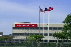 Halliburton, le deuxième groupe mondial de services pétroliers, serait en négociations pour le rachat du numéro trois, Baker Hughes. /Photo d'archives/REUTERS/Richard Carson