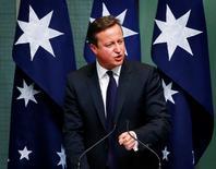 Британский премьер-министр Дэвид Кэмерон выступает с речью в австралийском парламенте в Канберре 14 ноября 2014 года. Подход властей РФ к ситуации на востоке Украины недопустим и может привести к ужесточению санкций со стороны США и ЕС, заявил в пятницу Дэвид Кэмерон. REUTERS/David Gray