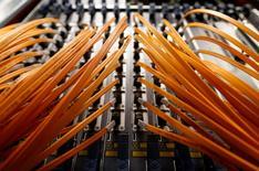 Nokia, qui arrive en troisième position sur le marché des équipements de réseaux dans le monde derrière Ericsson et Huawei Technologies, vise désormais une marge opérationnelle dans les réseaux située entre 8 et 11% à long terme, au lieu de la fourchette de 5 à 10% annoncée auparavant. /Photo d'archives/REUTERS/Alessandro  Bianchi