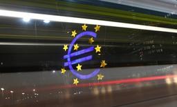 L'économie de la zone euro a connu une croissance plus forte que prévu, de 0,2%, au troisième trimestre, la France ayant fait mieux que prévu et l'Allemagne ayant évité de justesse une récession, selon la première estimation du produit intérieur brut publiée par Eurostat. /Photo d'archives/REUTERS/Kai Pfaffenbach