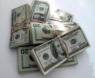 Fotografía de billetes de distinta denominación de dólares de Estados Unidos. Imagen de archivo, 17 diciembre, 2009.  Los precios de importación de Estados Unidos registraron en septiembre la mayor baja en más de dos años, ya que el costo de los productos del petróleo descendió y la fortaleza del dólar hizo más baratas las compras de productos internacionales por parte de los estadounidenses.  REUTERS/Sam Mircovich