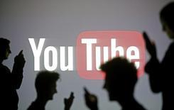 TF1 a réglé à l'amiable un contentieux avec YouTube qui remontait à 2007, ce qui va lui permettre de créer des chaînes et des contenus sur la plate-forme de vidéos en ligne, comme le font les groupes de télévision concurrents. /Photo prise le 29 octobre 2014/REUTERS/Dado Ruvic