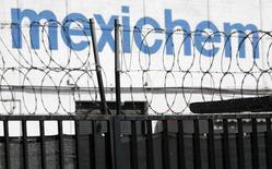 El logo de Mexichem en Ciudad de México, nov 24 2011. El conglomerado químico industrial mexicano Mexichem dijo el viernes que recibió autorización de las autoridades de competencia para adquirir al productor de resina de PVC alemán VESTOLIT, en una operación con la que busca expandir sus negocios en Europa. REUTERS/Carlos Jasso