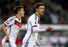 Mueller comemora gol da Alemanha contra Gibraltar nesta sexta-feira.       REUTERS/Michael Dalder