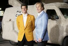 """Актёры Джим Керри (слева) и Джефф Дэниелс на премьере фильма """"Тупой и еще тупее 2"""" в Лос-Анджелесе 3 ноября 2014 года. Сиквел возведшей тупость в ранг искусства комедии """"Тупой еще тупее"""" стал лидером кинопроката в США и Канаде, опередив лидера прошлой недели - """"Город героев"""". REUTERS/Danny Moloshok"""