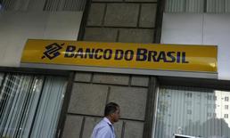 Um homem passa em frente a uma agência do Banco do Brasil, no Rio de Janeiro. 20/08/2014 REUTERS/Pilar Olivares