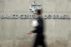 Un hombre pasa frente al logo del Banco Central de Brasil en su sede en Brasilia. Imagen de archivo, 15 enero, 2014. El índice de actividad económica IBC-Br del Banco Central de Brasil subió un 0,40 por ciento en septiembre frente a agosto en cifras desestacionalizadas, afirmó la entidad el lunes. REUTERS/Ueslei Marcelino