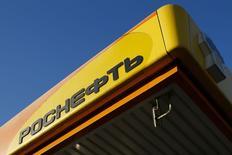 El logo de la rusa Rosneft visto en una estación gasolinera en Moscú. Imagen de archivo, 29 octubre, 2014.  La gigante rusa Rosneft dijo el lunes que firmó un nuevo contrato con la petrolera estatal venezolana PDVSA para que le suministre crudo y productos petroleros. REUTERS/Maxim Shemetov