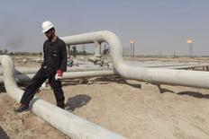 Рабочий на нефтяном месторождении в Ираке 16 ноября 2014 года. Цены на нефть Brent опустились во вторник ниже $79 за баррель и могут показать снижение по итогам шестой торговой сессии из последних семи, пока рынок гадает, снизит или нет ОПЕК квоту на добычу на встрече картеля на следующей неделе. REUTERS/Essam Al-Sudani