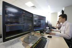 Трейдеры на Московской бирже 3 июня 2014 года. Российские фондовые индексы начали торги вторника разнонаправленно, но недалеко отошли от предыдущих значений. REUTERS/Sergei Karpukhin