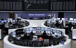 Les Bourses européennes accentuaient leurs gains à mi-séance, le redressement du moral des investisseurs allemands s'ajoutant à l'attente de nouvelles mesures de soutien à l'activité dans la zone euro de la part de la Banque centrale européenne (BCE). Le CAC 40 gagnait 0,64 % vers 11h15 GMT, le Dax progressait de 1,11% et le FTSE prenait 0,45%. /Photo prise le 18 novembre 2014/REUTERS